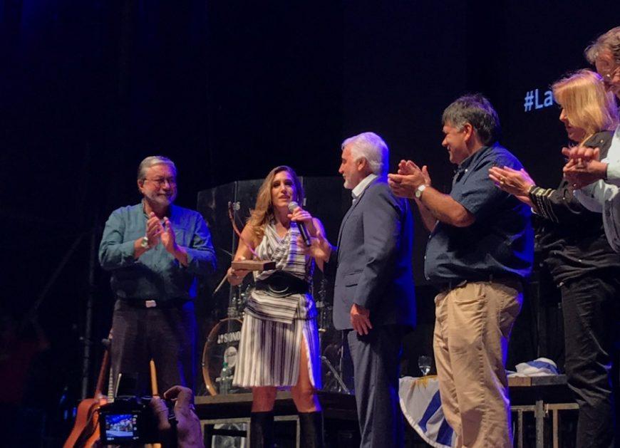 """Soledad Pastorutti, recibió el """"Arco de Tacuabé"""", la mayor distinción que otorga el Festival Pan de Azúcar, Dulce Corazón del Canto"""