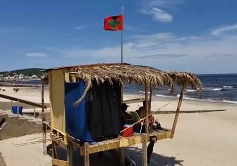 Bandera roja y bandera sanitaria en las playas de Maldonado